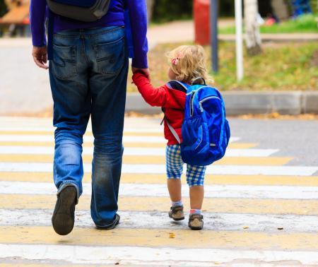 Homme et tout-petit retour école