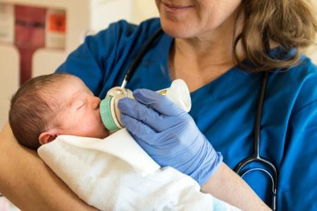 puéricultrice avec nourrisson
