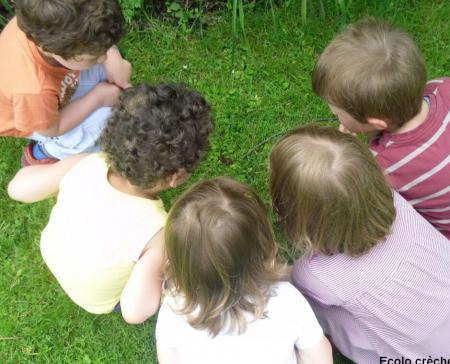 Enfants dans un jardin