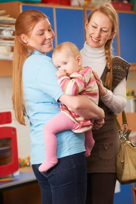 maman confie son bébé à une professionnelle de créche