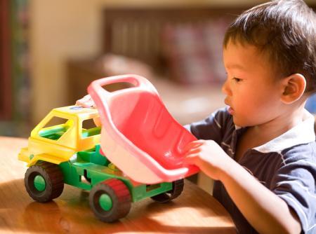 jeune garçon avec camion