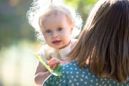 petite fille dans les bras