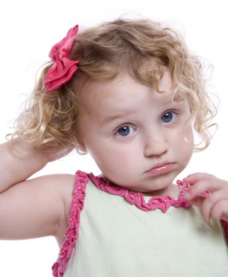 petite fille qui se gratte la tête