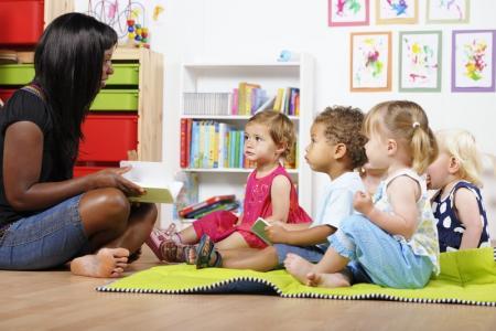 des enfants à la crèche atelier lecture