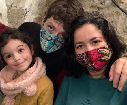 Parents masqués avec petite fille