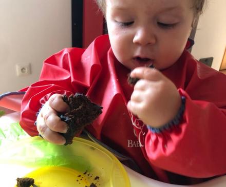 bébé avec chocolat
