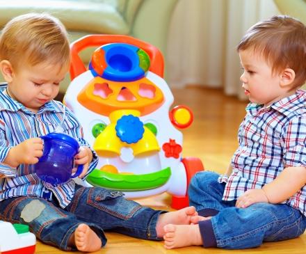 enfants jouant dans le lieu d'accueil