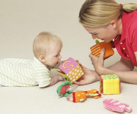 Professionelle de la petite enfance avec un bébé