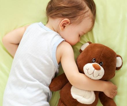 Enfant qui dort avec son doudou
