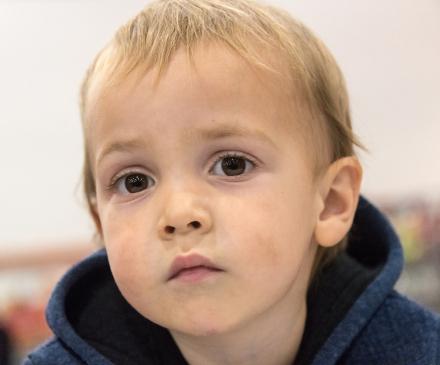Jeune enfant a l'air grave