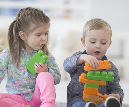 Enfants qui jouent dans une crèche parentale