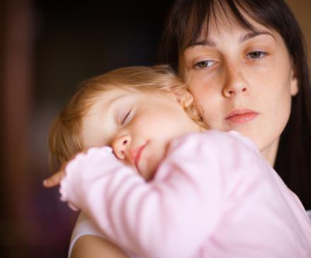 femme avec enfant déprimée