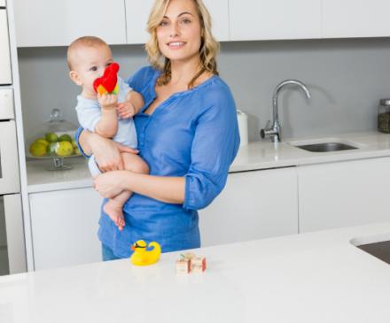 assistante maternelle dans la cuisine