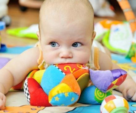 bébé sur un tapis d'éveil