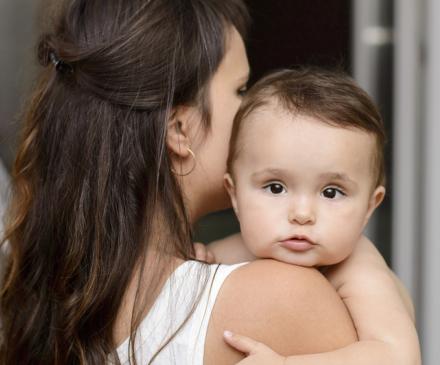 bébé caliné dans les bras
