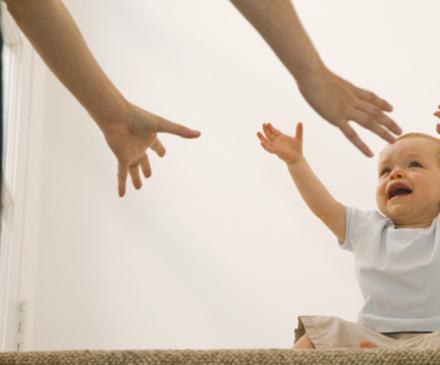 bébé demande les bras