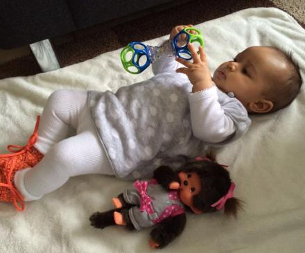 bebe joue sur le dos