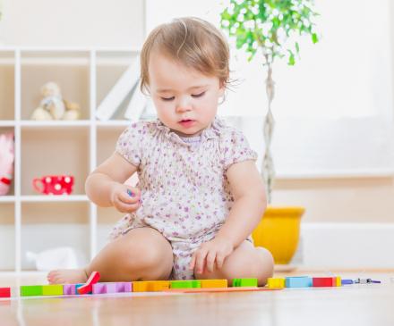 bébé fille joue