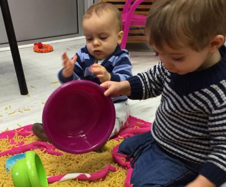 bébés dans une maison d'assistantes maternelles