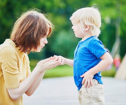 femme regarde bobo enfant