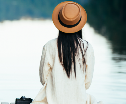 femme au bord de l'eau