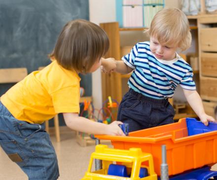 enfants jouent à la crèche avec un camion