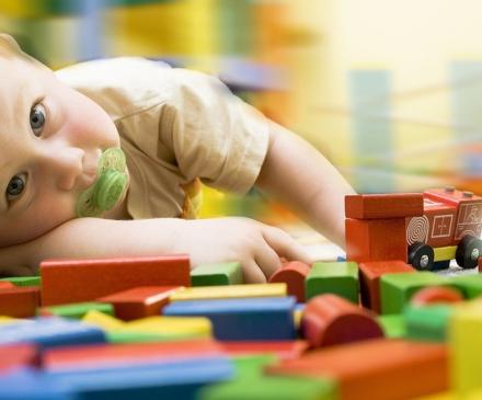 Enfant avec tétine joue