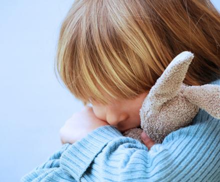 enfant triste avec doudou