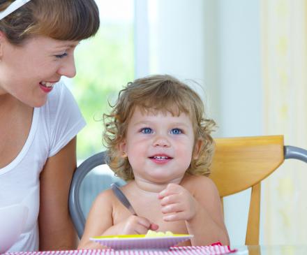 femme qui donne le repas à un enfant