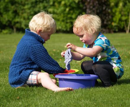 petits enfants qui jouent avec des bassines d'eau