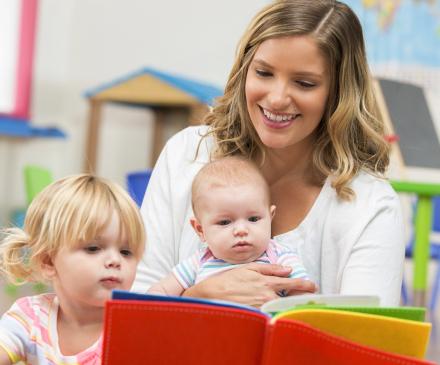 femme avec une petite fille et un bébé
