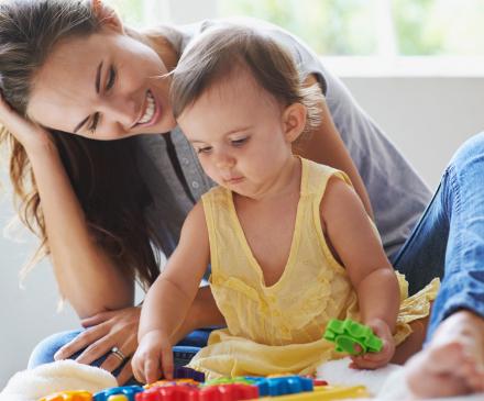 assistante maternelle qui joue avec bébé