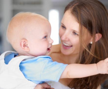 femme avec bébé dans les bras