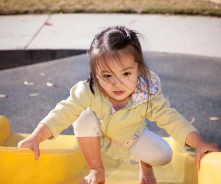 petite fille qui remonte un toboggan