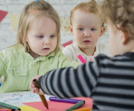 groupe d'enfants en collectivité