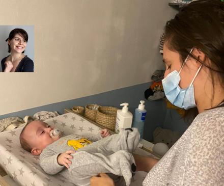 Professionnelle de la petite enfance avec masque et bébé