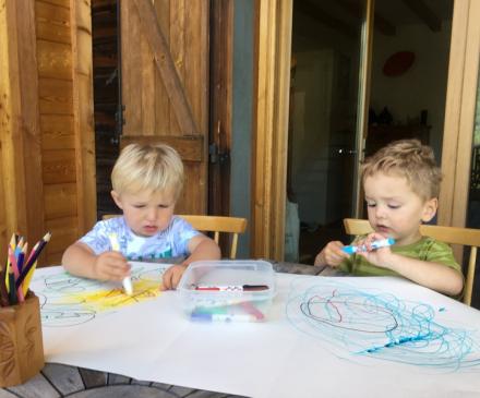 deux jeunes enfants qui dessinent