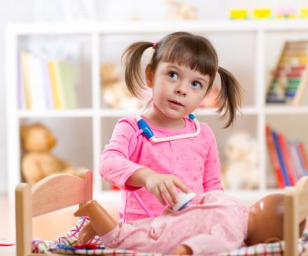 Petite fille qui joue au docteur