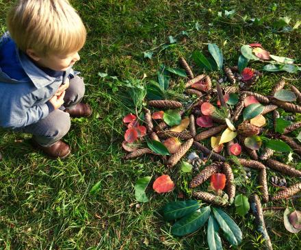 petit garçon admire land art