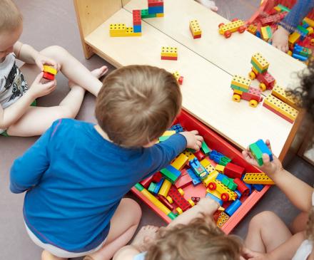 enfant dans un jardin d'enfant