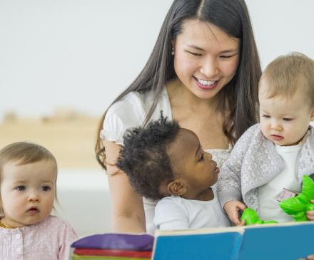 professionnelle de crèche et bébés
