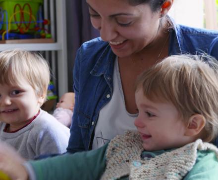 professionnelle et 2 enfants pendant l'instant lecture