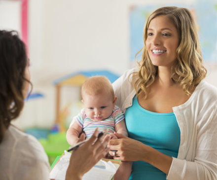professionnelle qui discute avec une mère et son bébé