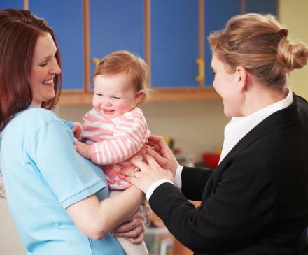 professionnelle petite enfant avec bébé et maman
