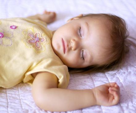 Bébé qui dort sur le dos