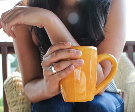 femme avec une tasse à la main