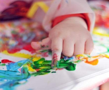 Bébé qui fait de la peinture à la crèche