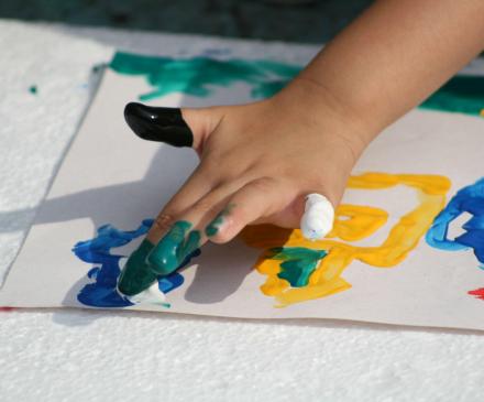 enfant qui peint à la main