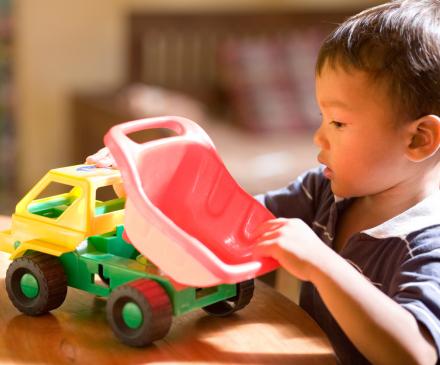 petit garçon joue avec camion