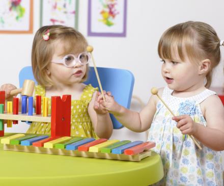 petites filles qui jouent de la musique